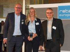 Preisverleihung in Düsseldorf (v.l.n.r.): Michael Gerling (Geschäftsführer EHI Retail Institute), Anke Dasenbrock (Expert Brand Management MediaMarktSaturn Retail Concepts) und Martin Höflmaier (Manager Innovation Research, Digital Strategy & Transformation MediaMarktSaturn N3XT).