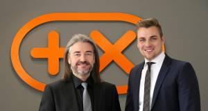 Donat Brandt, Präsident des Plus X Award, beruft Daniel Krebs (re.) zum neuen Digital CEO.