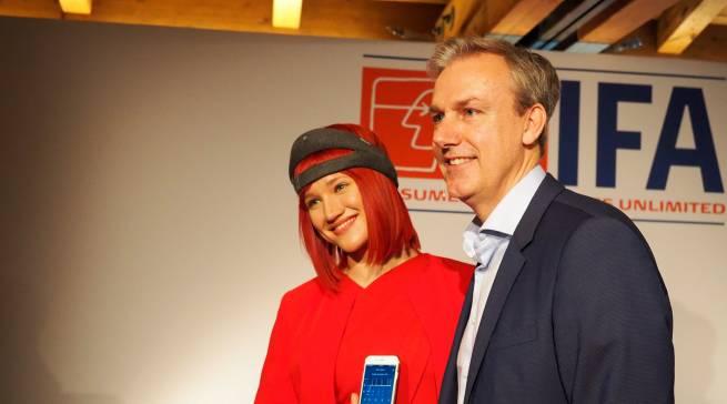 Bernd Laudahn von Philips präsentiert mit Miss IFA den Smart Sleeper mit dazugehöriger App.