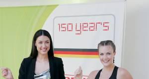 Im Rahmen des 150jährigen Markenjubiläums stellte Soehnle ein Fitnessprogramm für Einsteiger vor. Präsentiert wurde dieses - zusammen mit dem Fitness-Model Sabrina - von der Moderatorin Rebecca Mir (li).