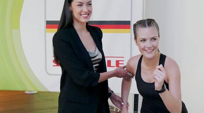 Fitness kann so ja einfach sein! Wie man in zehn Wochen bei nur bei 15 Minuten Trainingszeit am Tag fit wird, demonstrierte Rebecca Mir (li) zusammen mit dem Fitness-Model Sabrina.