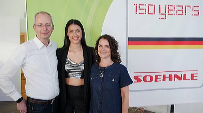 Sind stolz auf 150 Jahre Soehnle: Markus Dombrowsky, Rebecca Mir (Mitte) und Barbara Horn.
