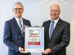 """""""Auf die großartige Auszeichnung sind wir stolz"""", sagen Thomas Schröder (re.), Vorsitzender des Vorstandes bei Wertgarantie, und Konrad Lehmann, Marketing-Vorstand Wertgarantie."""