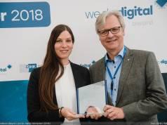 Auf der Cebit nahm Beurer PR-Managerin Teresa Schellhorn den Preis von DIHK Hauptgeschäftsführer Dr. Martin Wansleben entgegen.