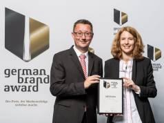 CFO Marco Getz und Marketing Direktorin Anja Schimmelpfennig nehmen für Medisana den German Brand Award 2018 entgegen.