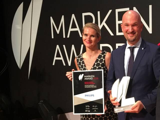 Andrea Knieß (Head of Brand Philips DACH) und Thomas Schönen (Head of Marketing, Brand, Communications & Digital DACH) freuen sich über den Award.