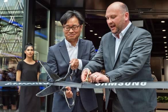 Samsung Deutschland Präsident Simon Sung (l.) und Deputy President Martin Börner eröffneten das europaweit erste Samsung Showcase.