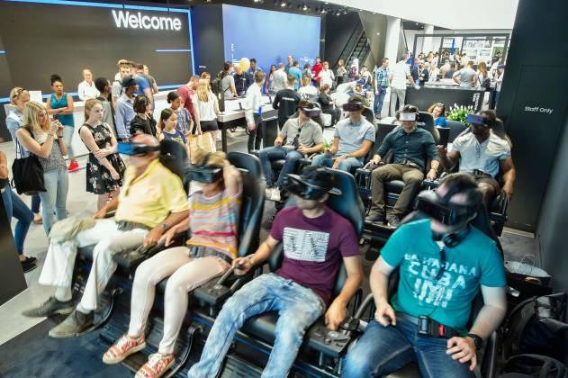 Bereits beim Betreten des Showcase tauchen die Konsumenten in die Samsung Welt ein, wenn sie am Eingang das beeindruckende VR-Theater passieren.