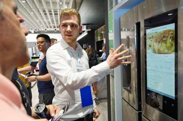 Im ersten Stock fokussiert sich die Aufmerksamkeit auf eine IoT-Lounge mit Hausgeräten wie den Family Hub-Kühlschränken oder den AddWash-Waschmaschinen. Fotos: Samsung