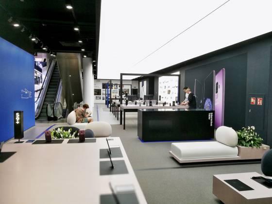 In der Connect Lounge im Erdgeschoss können Kunden mobile Highlights auf Herz und Nieren testen.