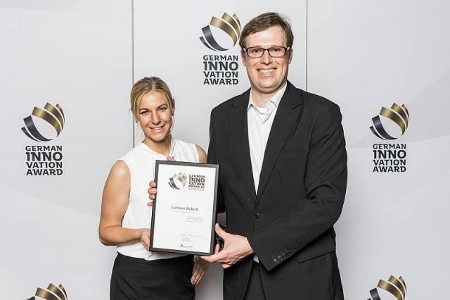 Der German Innovation Award geht an Thomas, vertreten durch Marketing Managerin Linda Wiese und Innovationmanager Vladimir Sizikov.