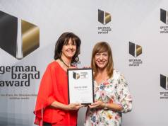 Susanne Ott (Brand Manager Seasonal Activations) und Stefanie Biebl (Head of Creative Studio) freuen sich über den Award.