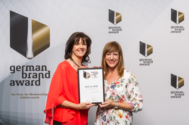 Susanne Ott (Brand Manager Seasonal Activations) und Stefanie Biebl (Head of Creative Studio) freuen sich über den Award.