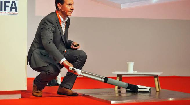 So geht frisch gewischt mit dem neuen Akku-Hartbodenreiniger FC 3 Cordless! Tobias Wahl, Head of Product Management & Marketing Indoor Products bei Kärcher, zeigt das Gerät in voller Aktion.
