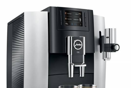 Jura Kaffeevollautomat E8 bereitet 12 Spezialitäten auf Knopfdruck.