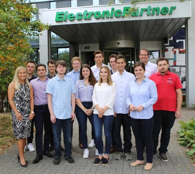 ElectronicPartner Vorstand Michael Haubrich (hinten rechts) begrüßt gemeinsam mit Nicole Jungkamp (vorne links) und Johanna Vennekel (vorne rechts) aus der Personalentwicklung die neuen Auszubildenden in der Düsseldorfer EP: Zentrale.