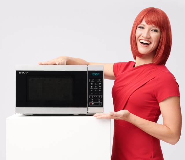 Miss IFA ist begeistert von der neuen Sharp-Mikrowelle.