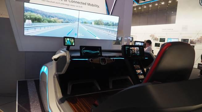 Das Bosch Forward ShowCar zeigt, wie das vernetzte Auto zum persönlichen Begleiter seines Besitzers werden kann, dabei auch mobil jederzeit die Kontrolle der vernetzten Hausgeräte ermöglicht und sogar Rezepte ins Cockpit vorgeschlagen bekommt.