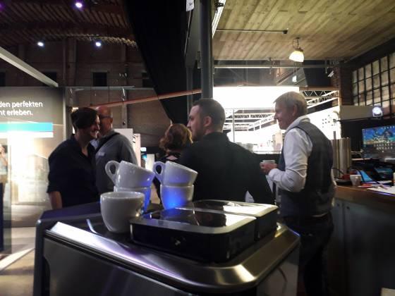 … und zwischendurch war immer wieder Zeit für einen Branchendialog beim Espresso aus der EQ.9 von Siemens.