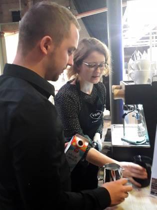 """Inszenierte kenntnisreich die Kaffee-Erlebniswelt: """"Kaffeetante"""" Ruth Außenhofer."""
