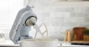 KitchenAid Küchenmaschine Misty Blue mit titanverstärkter Keramikschüssel.
