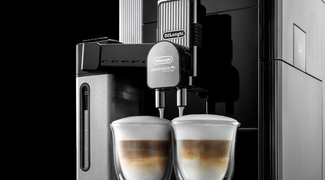 Die Maestosa bereitet zeitgleich zwei Kaffeemilchgetränke zu.