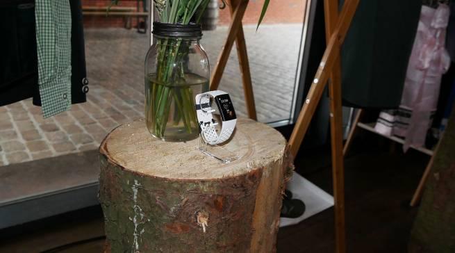 Die Charge 3 Special Edition mit NFC-basierten Funktionen überrascht mit einem hochexklusiven White Silicone Sportband.