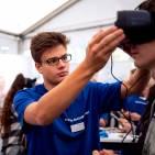 Azubis mit Durchblick: VR-Brillen helfen, um die Ausbildungsberufe kennenzulernen.