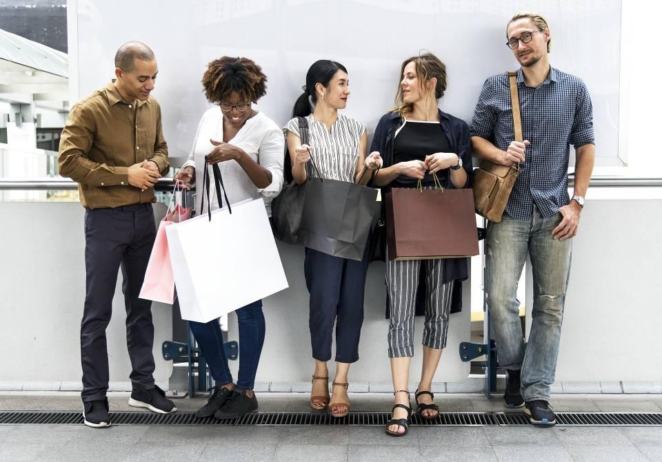 Junge Menschen mit Einkaufstüten