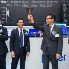 Unternehmensvertreter von Qingdao Haier läuten die Glocke.
