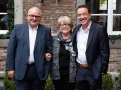 Läuten ihren neuen Lebensabschnitt ein (v.li.): Willi Klöcker, Rita Herzeler und Willy Fischel