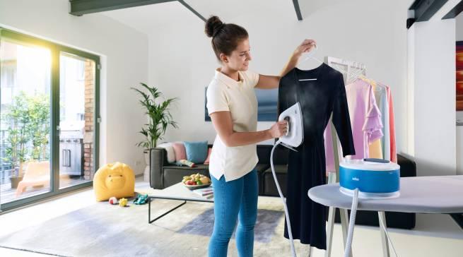 Das senkrechte Abdampfen der Kleidungsstücke ist eine zeitsparende und effiziente Alternative.