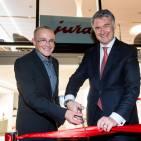 Per Ribbon Cut eröffneten Horst Nikolaus und Store-Leiter Kevin Sinclair den JURA Store in den Hamburger Alsterarkaden.