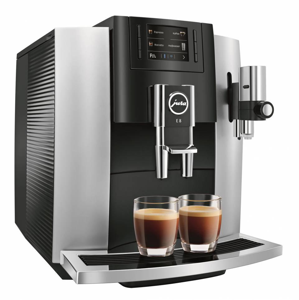 Der Kaffeevollautomat E8 Modell 2018 von Jura ist im Vergleich zum Vorgängermodell intuitiver in der Bedienung und bietet eine Vielzahl an Spezialitäten auf Knopfdruck an.