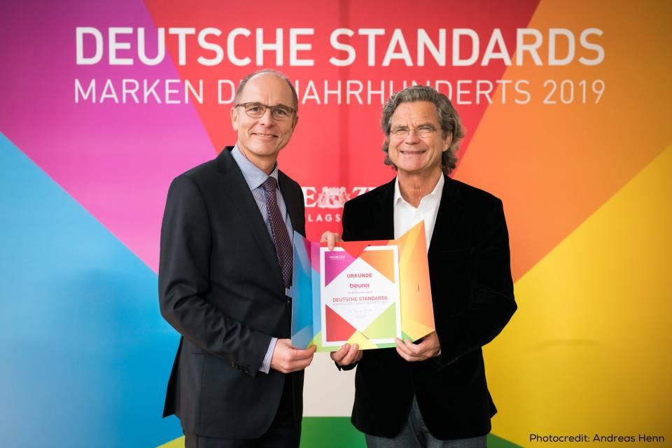 Im Rahmen der Buchpremiere nahm Beurer Geschäftsführer Georg Walkenbach (l.) die Auszeichnung von Dr. Florian Langenscheidt entgegen. Foto: Andreas Henn