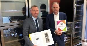 """Die Caso Gründer Bernd und Peter Braukmann (v.l.) mit Buch und Urkunde zu den """"Deutschen Standards - Marken des Jahrhunderts 2019""""."""