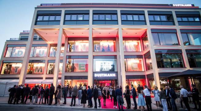 """Roter Teppich für Kunden und Gäste: Eröffnung des """"Dustmann Lifestyle Store"""" in Dortmund im Oktober."""
