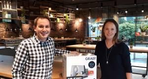 Absender Sauerland: Franziska Graef (r.) macht sich stark für regionale Produkte.