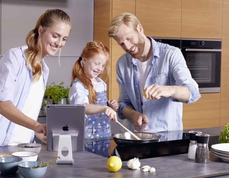 Flächeninduktionskochfeld, Kochgeschirr und Rezepte-App kommunizieren bei Oranier über Bluetooth.