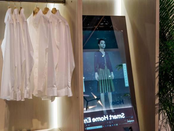 Der Spiegel der Zukunft hilft bei der Kleiderauswahl.