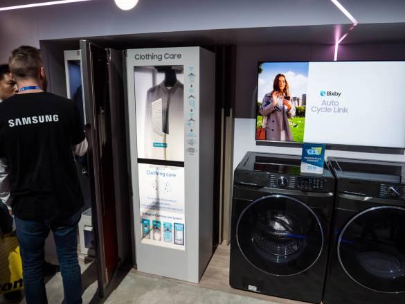 """Samsung hatte auf der CES 2019 einen """"Dampfschrank"""" zur Reinigung von Kleidung im Gepäck."""
