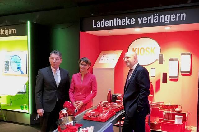 Der EK-Vorstand freut sich über 160 Handelspartner, die bereits über das Online Kiosk-system ihre Ladentheke virtuell spürbar verlängert haben. (v.li.): Franz-Josef Hasebrink (Vorsitzender), Susanne Sorg und Martin Richrath.
