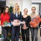 """Jede Menge Weihnachtsengel: Wertgarantie-Vorstand Susann Richter (3.v.li.) und die Mitarbeiterinnen aus dem Bereich Personal unterstützen die Auszubildenden bei der Weihnachts-Aktion """"Wunschbaum""""."""