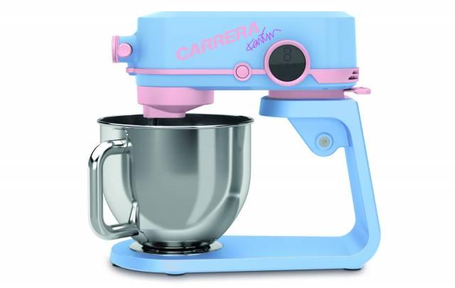 Carrera und der Designer Karim Rashid überraschen mit einer Küchenmaschine in der Farbkombination himmelblau und rosa.