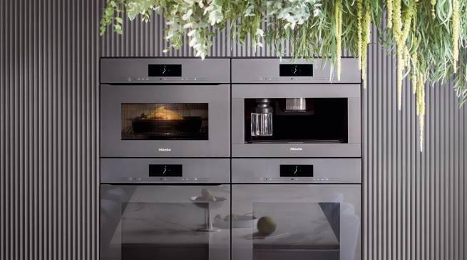 Wer seine Küche komplett ohne Gerätegriffe ausstatten möchte, findet bei Miele die Designlinie ArtLine, plus einen grifflosen Geschirrspüler.