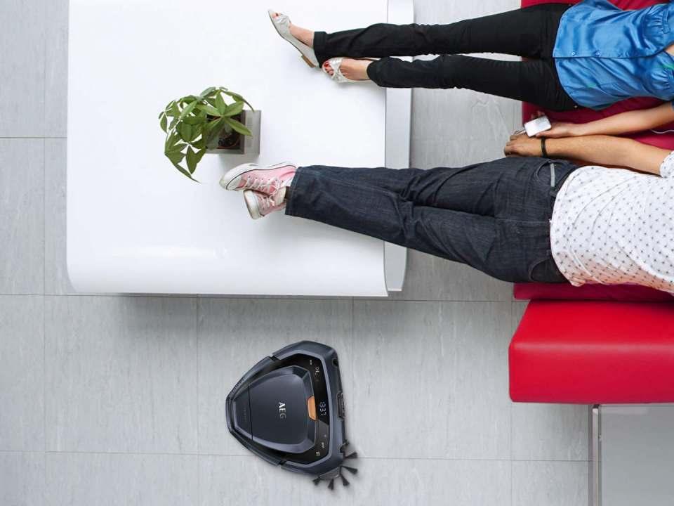 Da kann man die Füße hochlegen: Der RX9 erledigt zuverlässig die Bodenpflege.