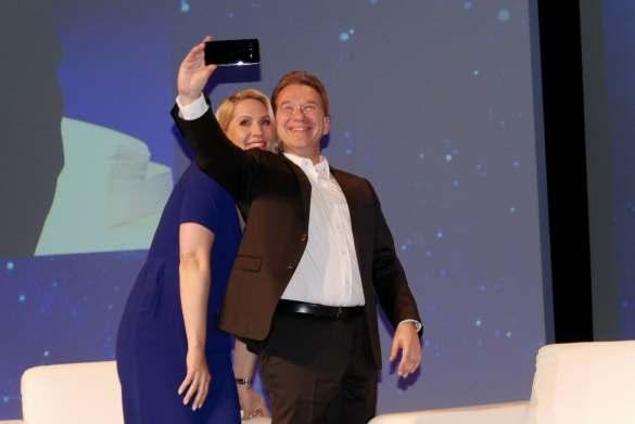 Moderatorin Judith Rakers und Benedict Kober im Selfie-Bann.
