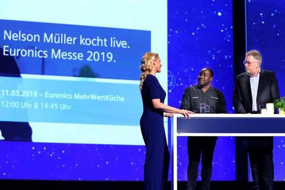 Bei Euronics darf Leckeres nicht fehlen. Dafür sorgt TV-Koch Nelson Müller (Mitte) als Markenbotschafter für Siemens. Judith Rakers im Chat mit Nelson Müller und Volker Klodwig, Vertriebs- und Marketingchef Deutschland der BSH Hausgeräte GmbH.