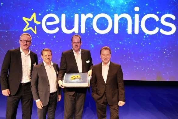 Die vierköpfige erweiterte Geschäftsleitung von Euronics Deutschland (v.li) Jochen Mauch (CDO), Thomas Jacob (CCO), Michael Niederführ (Vorstand Finanzen) und Benedict Kober (Sprecher des Vorstandes) zeigen stolz den Jubiläumsgruß der Industriepartner.