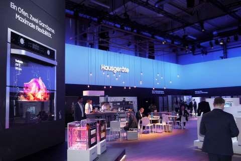Beim Kick-off in der XPOST in Köln kamen die Händler direkt am Eingang in die Themenwelt der clever-smarten Hausgeräte.